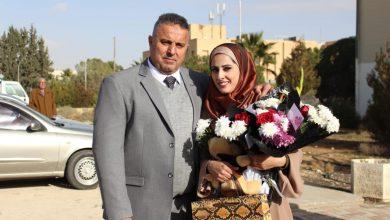 Photo of الوالد محمد أحمد عويج والوالدة والعائلة يهنؤن ابنتهم المهندسة أروى