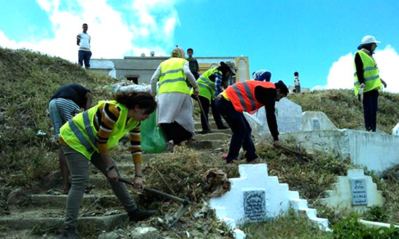 Photo of فاعلون جمعويون يطلقون حملة تطوعية لتنظيف مقبرة الشرف بطنجة.