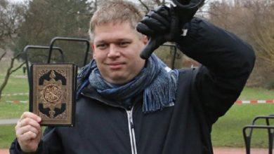 Photo of زعيم دنماركي يحرق نسخا من القرآن الكريم أمام مصلين !