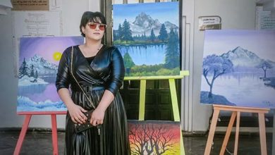 صورة الفنانة التشكيلية فاطمة الزهراء الحيحي .. لوحاتي تضج بألوان الحب والجمال