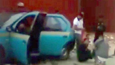 صورة ولاية أمن طنجة تتفاعل مع مقطع فيديو منشور على مواقع التواصل الاجتماعي لشخص يجلس أمام سيارة أجرة مصطدمة بعمود للإنارة العمومية