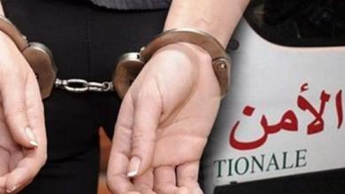 صورة القاء القبض على شخص متورط بانتحال صفة وحجز 81800 انبوب من لصاق السيليسيون وبذلة للمحاماة وفواتر مزورة بطنجة