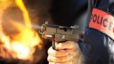 صورة موظف شرطة يضطر لاستعمال سلاحه الوظيفي لتوقيف شخص من ذوي السوابق بطنجة.