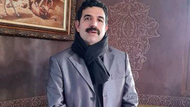 صورة تتويج الناقد عبد الله الشيخ بالجائزة الأولى للشارقة للبحث النقدي