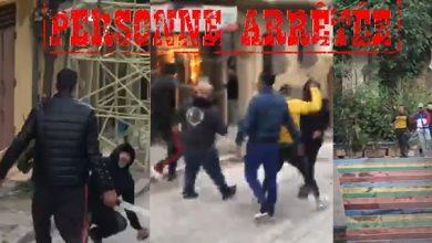 صورة شرطي يشهر سلاحه الوظيفي على مجموعة من الأشخاص كانوا بصدد تبادل العنف باستعمال السلاح الأبيض بطنجة