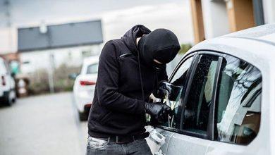 صورة توقيف ثلاثة اشخاص يشتبه في تورطهم في قضية تتعلق بسرقة سيارة عن طريق النصب والاحتيال