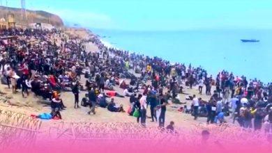 صورة حرس الحدود الإسباني يطلق الرصاص والغاز المسيل للدموع لتفريق المهاجرين بباب سبتة