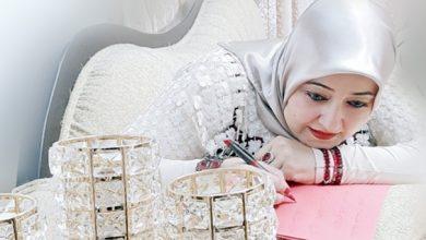 صورة باحثتان تدرسان قصص سناء الشعلان في جامعة محمد بوضياف