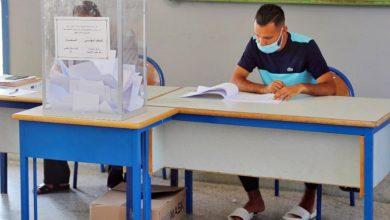 صورة التزام بالتدابير الوقائية يسمان عملية التصويت في انتخابات الغرف بطنجة