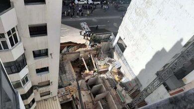 صورة هكذا تم انتشال عامل بناء غمرته المياه والأتربة في قبو عمارة في طور البناء.